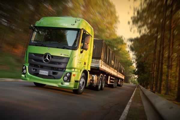 Caminhões Mercedes-Benz recém-lançados ao mercado  estão na Festa dos Caminhoneiros de Iconha