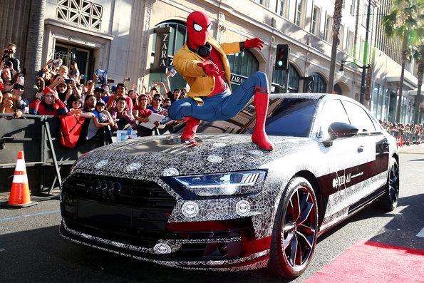 Audi A8 disfarçado aparece como convidado surpresa na estreia mundial de 'Homem-Aranha: De Volta ao Lar'